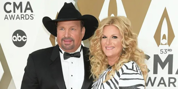 Garth Brooks and Trisha Yearwood engage in quarantine by singing to each other.  (Photo by Jason Kempin / Getty Image)