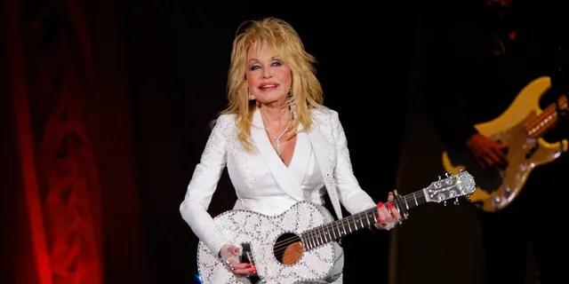 Долли Партон широко известна своей музыкой и игрой, а также своей благотворительностью, включая крупное пожертвование на исследования коронавируса.  (Фото Уэйда Пейна / Invision / AP, файл)