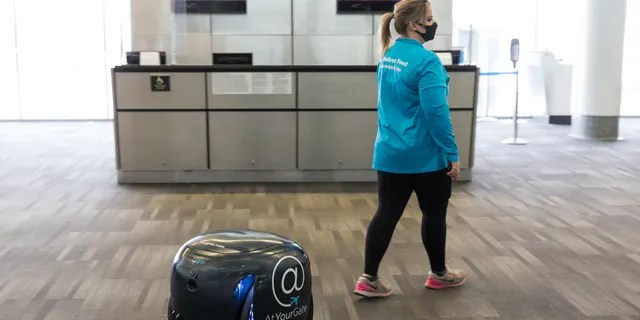 Geeta Robots uses the visual sensor to follow the Ateurgate employee through the airport, who ordered the food.
