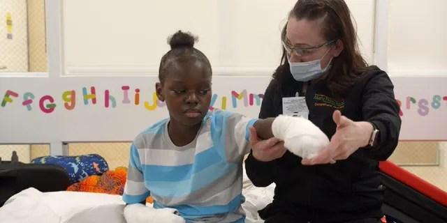 Se espera que el niño regrese para recibir terapia adicional luego de sus amputaciones el lunes, dijo un portavoz.  (Foto cortesía de Mary Free Bed Rehabilitation Hospital)