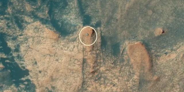 NASA's Curiosity rover ascends Mars' Mont Mercou in an aerial image captured by the Mars Reconnaissance Orbiter's (MRO) HiRISE camera. (Credit: NASA/JPL/University of Arizona)