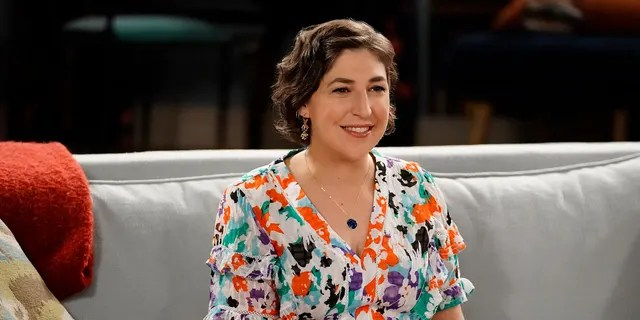 Mayim Bialik will temporarily fill in as the host of 'Jeopardy!  Now that Richards is out.
