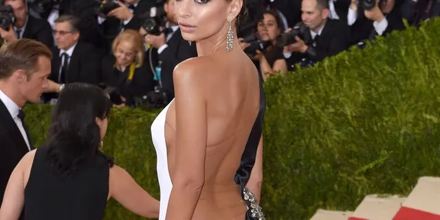 Emily Ratajkowski arrives for the 'Manus x Machina: Fashion In An Age Of Technology' Costume Institute Gala at Metropolitan Museum of Art on May 2, 2016 in New York City. (Photo by Karwai Tang/WireImage)