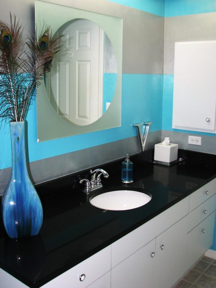 10 Bathrooms With Monochromatic Colors - Housely on Monochromatic Bathroom Ideas  id=16028
