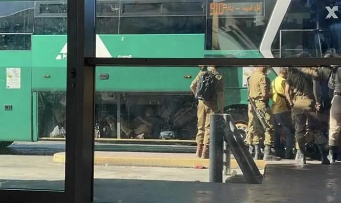 Los soldados fueron documentados en el maletero del autobús.