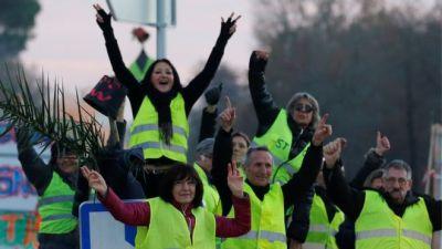فرنسا..مواجهات في باريس والشرطة تعتقل 30 متظاهرا من السترات الصفراء