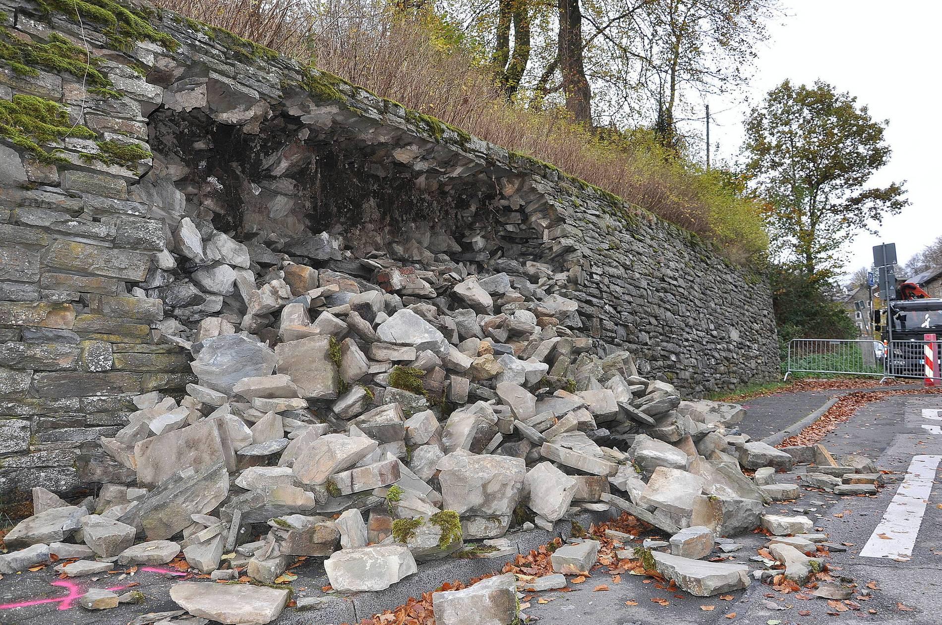 Eingestürzte Mauer wird provisorisch gesichert