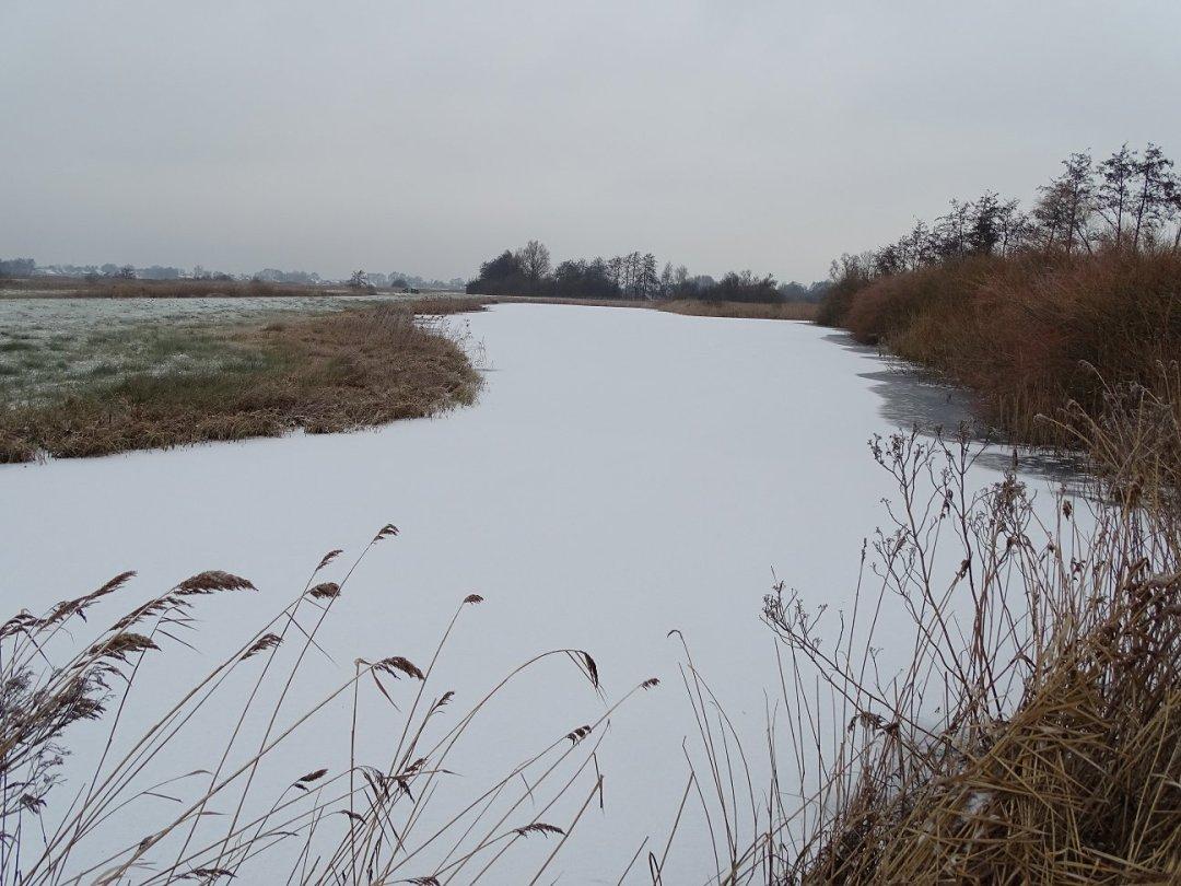 Mooi bevroren en besneeuwd water