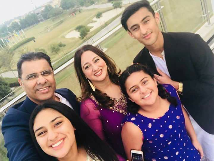Waqar Younis_with_family-aajkal-google