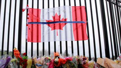 A memorial created outside the Royal Canadian Mounted Police headquarters, in Dartmouth, Nova Scotia, Canada April 20, 2020. © REUTERS/John Morris