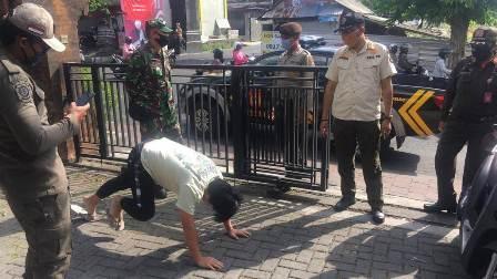 انڈونیشیا میں ماسک نہ پہننے پر ڈنڈ پیلنے کی سزا