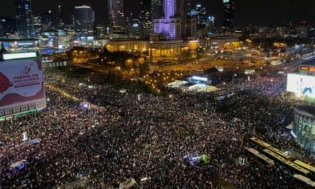 پولینڈ: اسقاط حمل کو غیر آئینی قرار دینے کے عدالتی فیصلے کے خلاف بڑا مظاہرہ