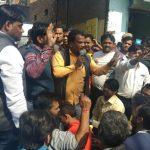 नॉर्थ-वेस्ट दिल्ली के स्वरूप नगर थाने पर सैकड़ों दुकानदारों ने घेराव कर जताया विरोध।