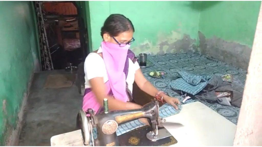 मुकुंदपुर में लॉकडाउन से आर्थिक तंगी हुई तो दो महिलाओं ने शुरू कर दिए मास्क बनाने, बन गई आत्मनिर्भर