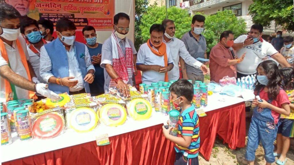 सेवा सप्ताह के दौरान प्रीतम पूरा में बच्चों को खिलौना, मास्क, सैनिटाइजर वितरण किया गया।
