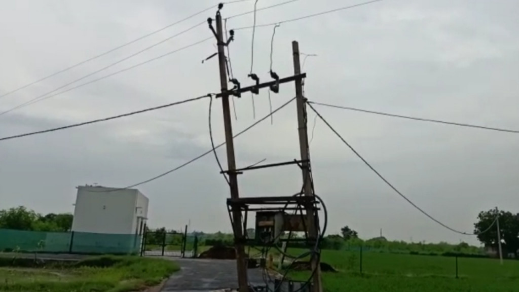 हाई वोल्टेज बिजली को काटकर ट्रांसफार्मर के अंदर का सामान चुरा ले गए चोर
