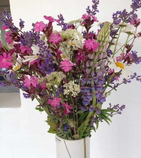 Fylder vores hjem med sommer og vilde blomster