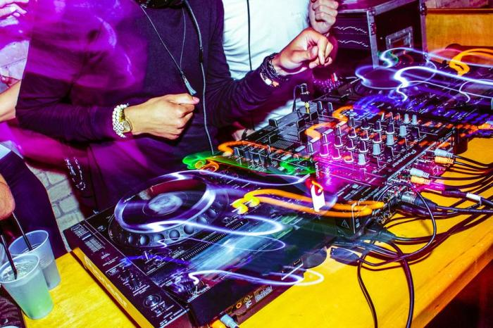 party-dj-in-action_925x.jpg