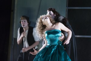 Don Giovanni forfører Donna Anna Foto fra forestillingens hjemmeside (Miklos Szabo)