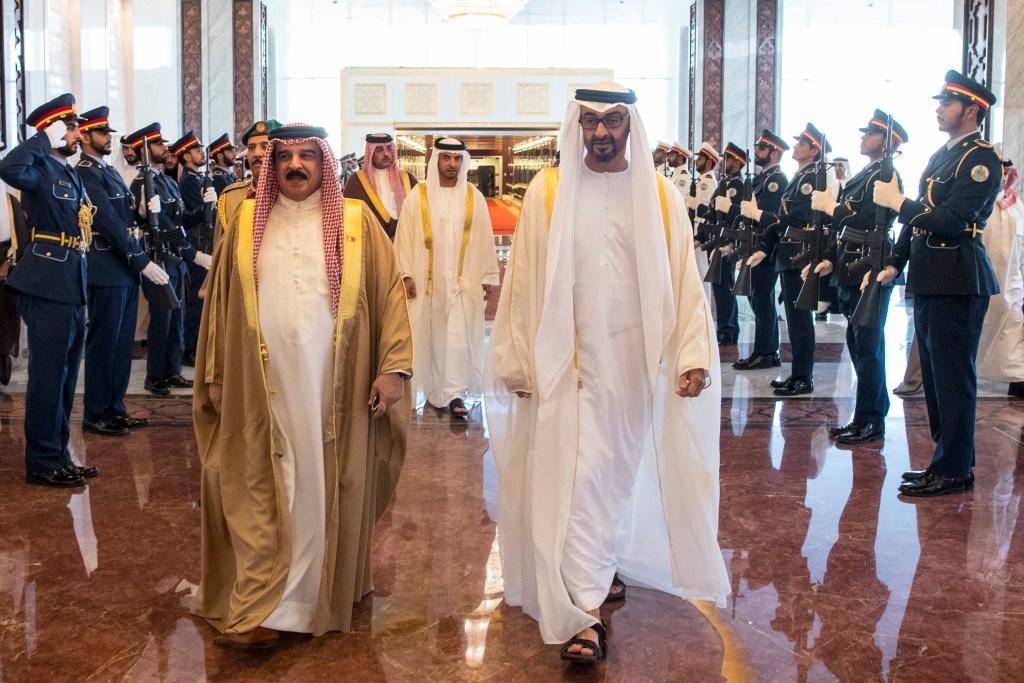 محمد بن زايد خلال استقباله ملك البحرين لدى وصوله مطار الرئاسة بأبوظبي