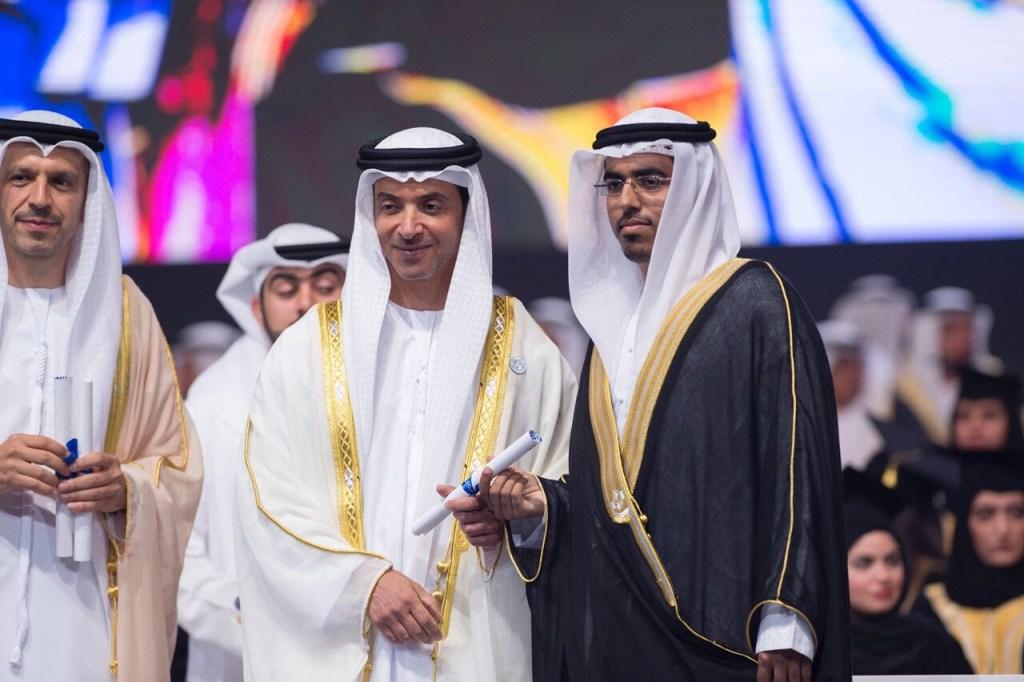 تحت رعاية محمد بن زايد ،، هزاع بن زايد يشهد تخريج اكثر من ٦٠٠ طالب وطالبة من جامعة خليفة