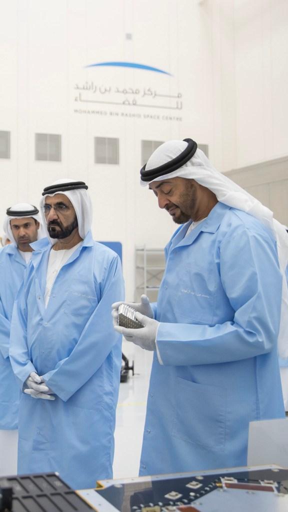بالصور : محمد بن راشد و محمد بن زايد خلال زيارتهما مركز محمد بن راشد للفضاء بدبي .