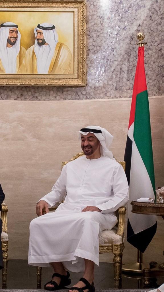 محمد بن زايد يستقبل السيناتور جون ماكين ويتبادل معه الأحاديث حول علاقات الصداقة والتعاون بين البلدين والتطورات والمستجدات في المنطقة.