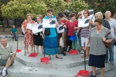 Vecinos de Orcasitas arrojan miles de cucarachas a las puertas de la junta de distrito