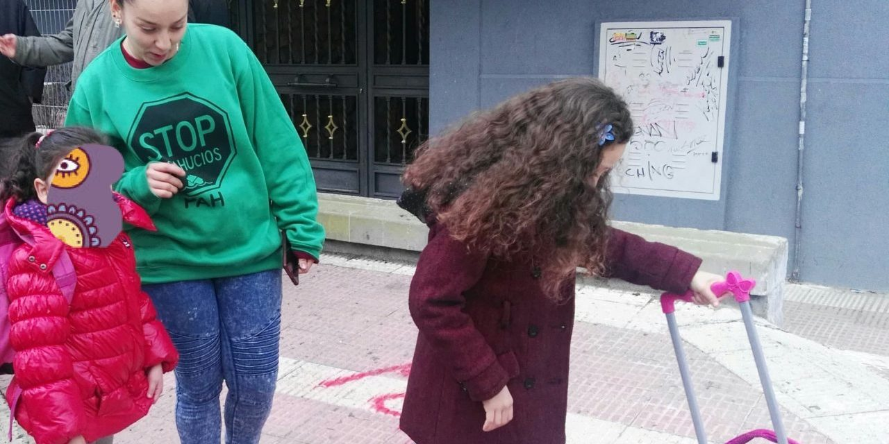 La ILP de vivienda llega a la Asamblea mientras la policía deja en la calle a dos menores en Parla