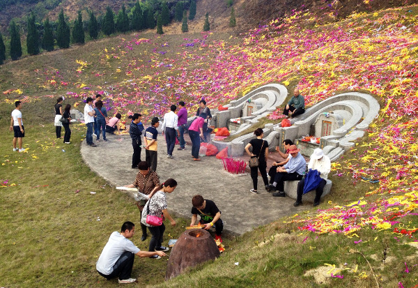 Remembering the dead during Qingming. Photo by Kevin Chao