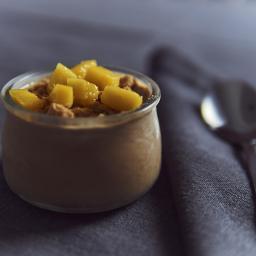 Flan de chocolate con galleta y mango