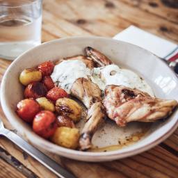Espalditas de conejo a baja temperatura con salsa de yogur y hierbas aromáticas