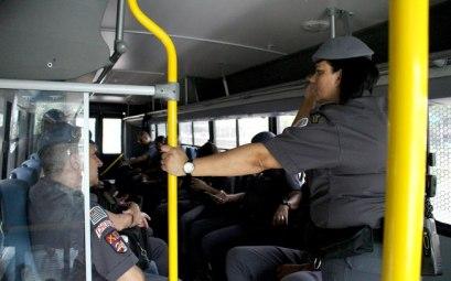 Os outros policiais da tropa seguem de ônibus para o estádio. Foto: Aretha Martins Fonte: Delas - iG @ http://delas.ig.com.br/comportamento/2016-12-01/mulher-batalhao-choque.html