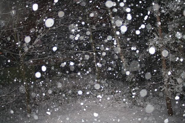 Falling_snowflakes_in_England