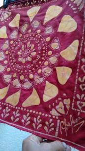 Arte en batik. Teñidos originales y diseños cubiertos con cera de abeja.