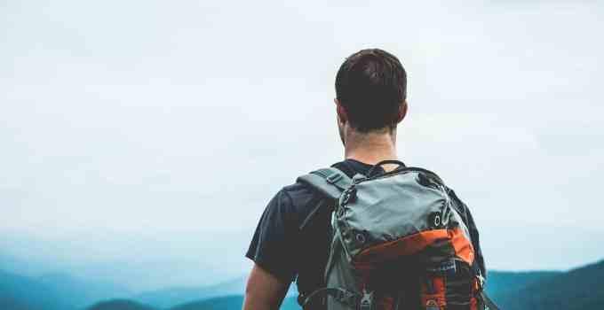 Trekker con zaino in spalla