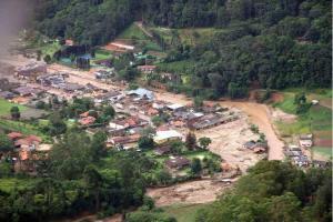 Enchentes e deslizamentos na Região Serrana do Rio de Janeiro, em 2011, deixaram 916 mortos e 345 desaparecidos, mas região ainda tem 170 mil pessoas morando em áreas de risco. Foto: AFP PHOTO/Paulo REZENDE/FAB