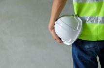close-up-vista-traseira-do-construtor-engenheiro-trabalhador-usar-o-colete-de-seguranca_123441-56