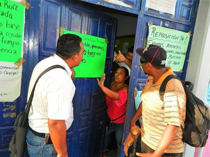 manifestacion-padres-maestros-primaria-zihuatanejo.jpg