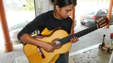 Photo of Joven laudero termina su primera guitarra de manera profesional