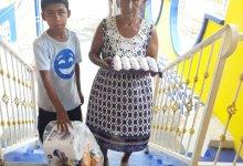 Photo of Entregan despensas y carteras con huevos a familias de bajos recursos económicos de Villa Rotaria y la Vuelta del Barco
