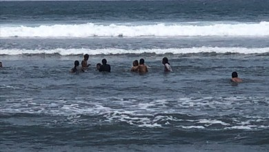 Photo of Turistas se meten al mar en Playa Linda a pesar del cierre de playas