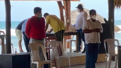 Photo of Estado y municipio entregan apoyos económicos a enramaderos de Troncones, La Saladita y La Majahua