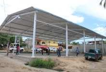 Photo of Supervisa alcalde Esteban Cárdenas construcción del techado de la cancha de usos múltiples en la comunidad de El Cayacal