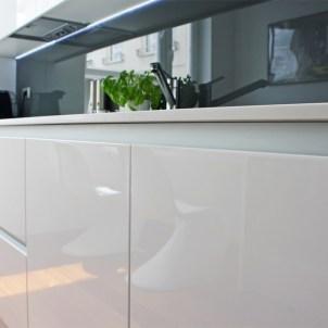 meble na wymiar kuchnie zbliżenie szafek kuchennych laminowanych na połysk