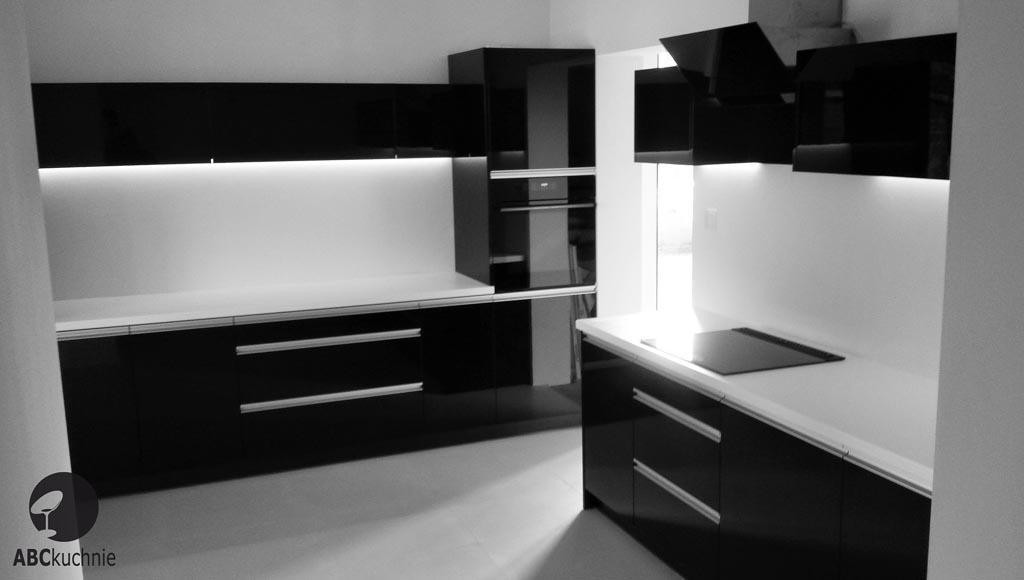 meble na wymiar kuchnie czernie i biele