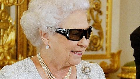 ap queen elizazbeth 3d glasses thg 121224 wblog The Queens Christmas Message in 3D
