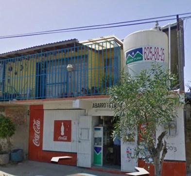Frente. Propiedad en Venta con Local Comercial, Construcción de Material, 3 Cuartos, 3 Baños.