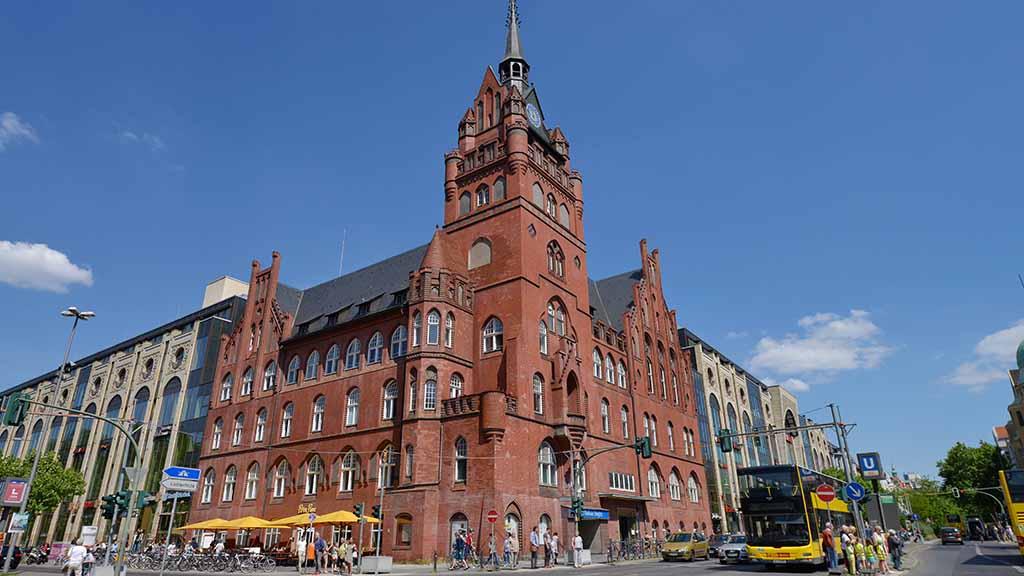 Das Rathaus Steglitz an der Schloßstraße