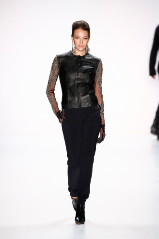 Guido Maria Kretschmer Mode HW 2015 / 2016 - Heiß: Knappes Leder Gilet über teiltransparenter Glitzerbluse mit schmaler schwarzer Hose